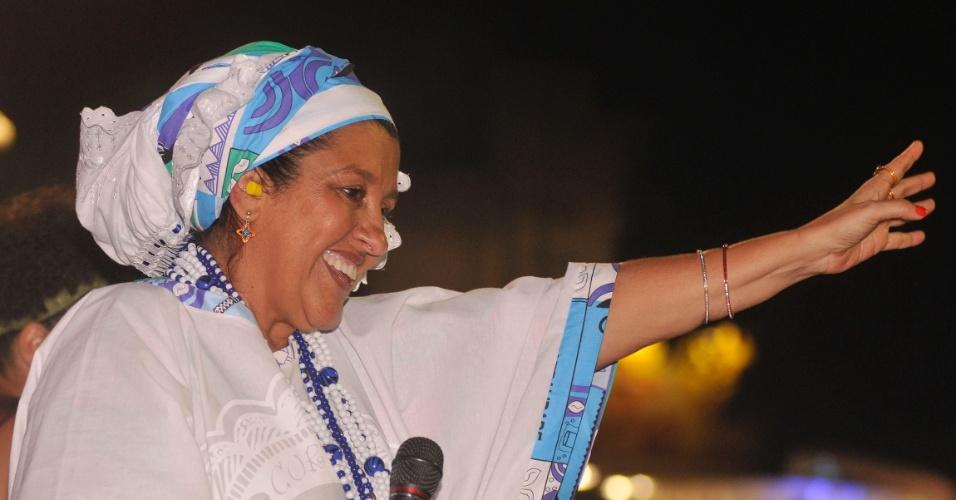 11.fev.2013 - Vestida com roupas típicas, Regina Casé participa do cortejo afro na Barra-Ondina no Carnaval de Salvador