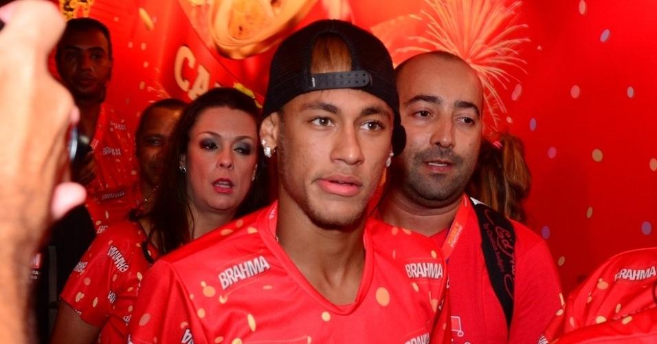 12.fev.2013 - A chegada de Neymar no camarote Brahma causou tumulto