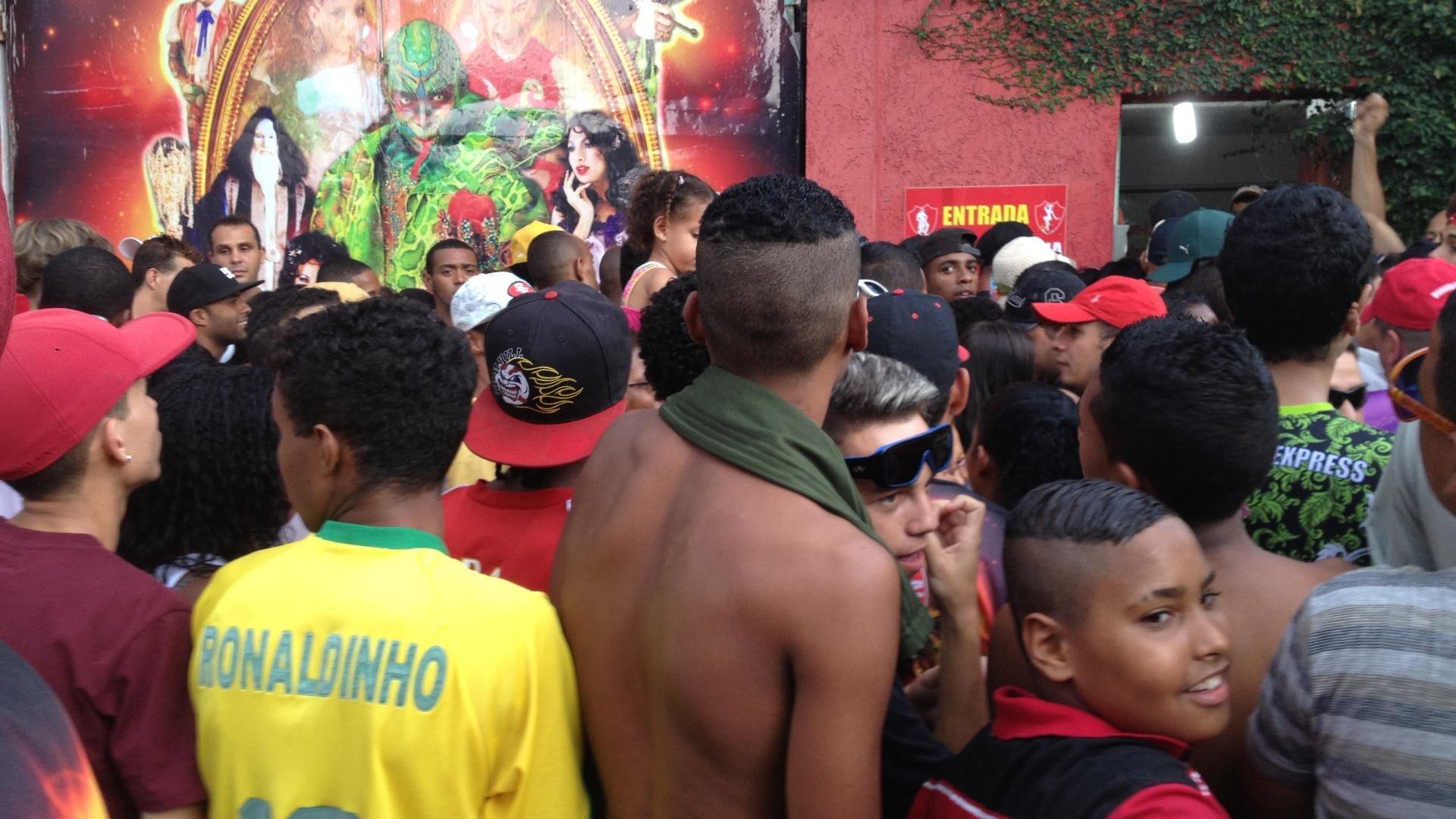 12.fev.2013 - A quadra da escola de samba Mocidade Alegre teve suas portas fechadas após atingir grande lotação depois do anúncio do bicampeonato