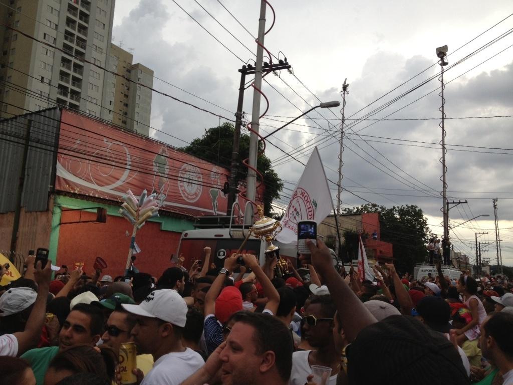 12.fev.2013 - A taça do bicampeonato da Mocidade Alegre chega à quadra da escola; a presidente da escola declarou: