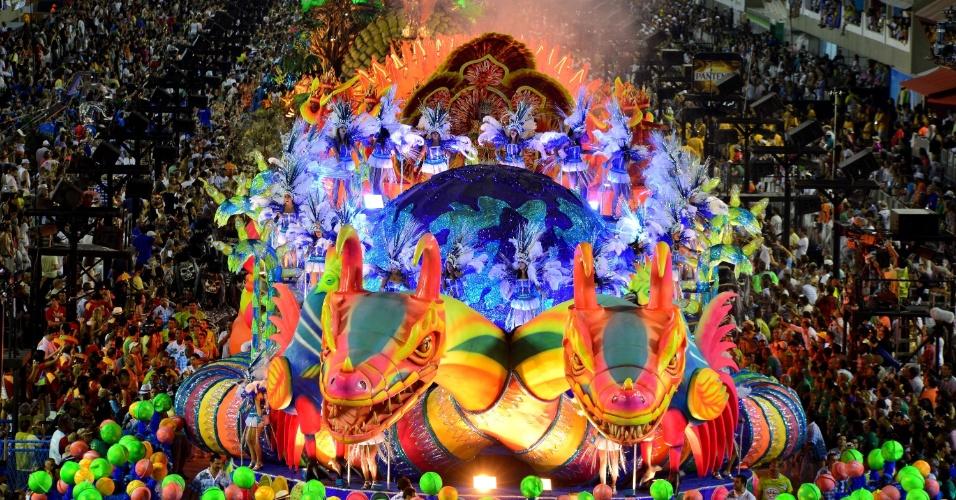 12.fev.2013 - A Vila Isabel se apresenta na Sapucaí com o samba-enredo: