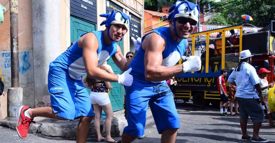 12.fev.2013 - Amigos fazem coreografia no bloco das Carmelitas, em Santa Teresa, no Rio