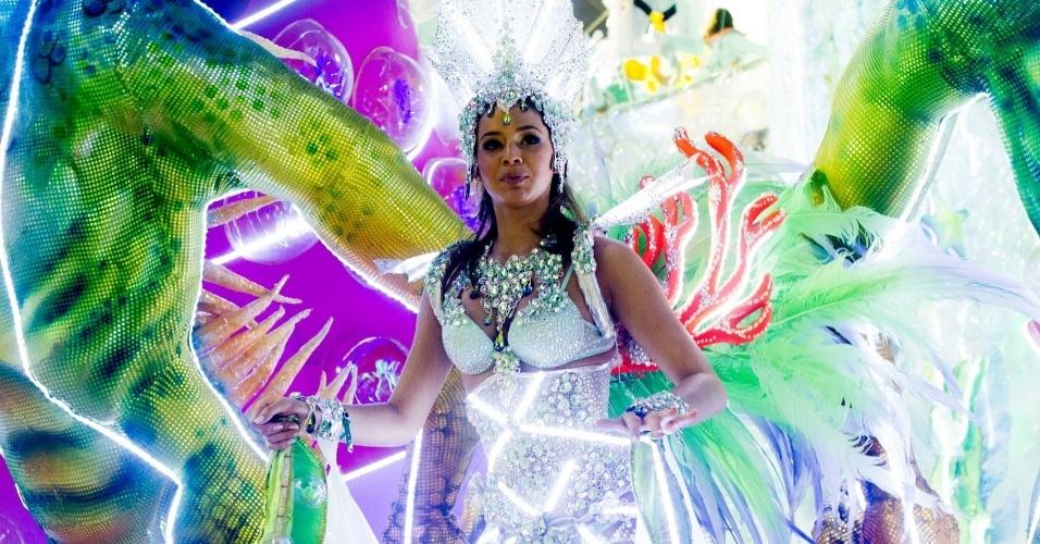 12.fev.2013 - Bruna Marquezine, destaque da Grande Rio, em alegoria da escola representando o oceano de onde o petróleo é extraído