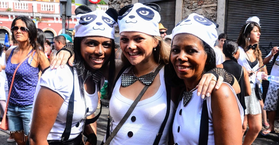 12,fev.2013 - Caracterizadas de ursinhos, amigas curtem Carnaval no bloco das Carmelitas, em Santa Teresa, no Rio