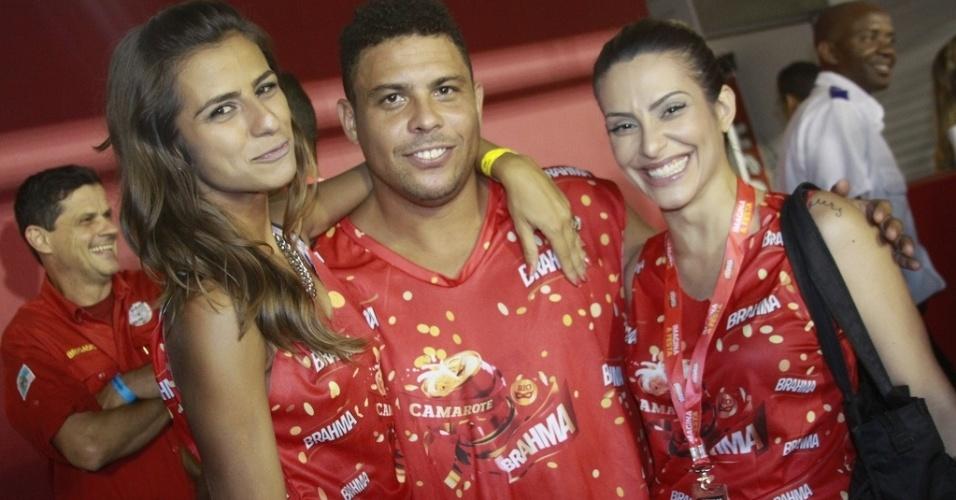 12.fev.2013  - Cleo Pires dá abraço no casal formado pela prima, Paula Morais, e o jogador Ronaldo