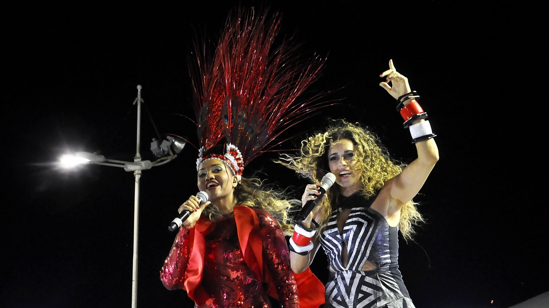 12.fev.2013 - Daniela Mercury e Gaby Amarantos se apresentam no circuito Barra- Ondina durante o Carnaval em Salvador