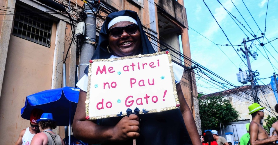 12.fev.2013 - Fantasiada de freira, Mulher mostra placa no bairro de Santa Teresa no bloco das Carmelitas, no Rio