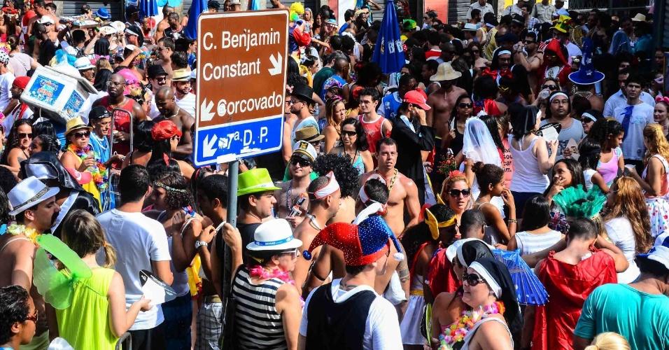 12.fev.2013 - Foliões lotam ruas de Santa Teresa, no bloco das Carmelitas, no Rio