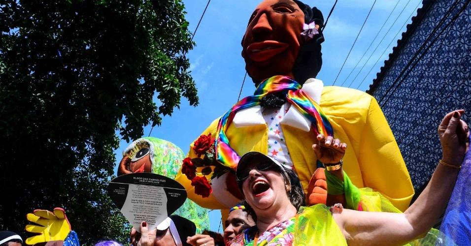 12.fev.2013 - Foliões posam ao lado de boneco gigante no bloco das Carmelitas, em Santa Teresa, no Rio