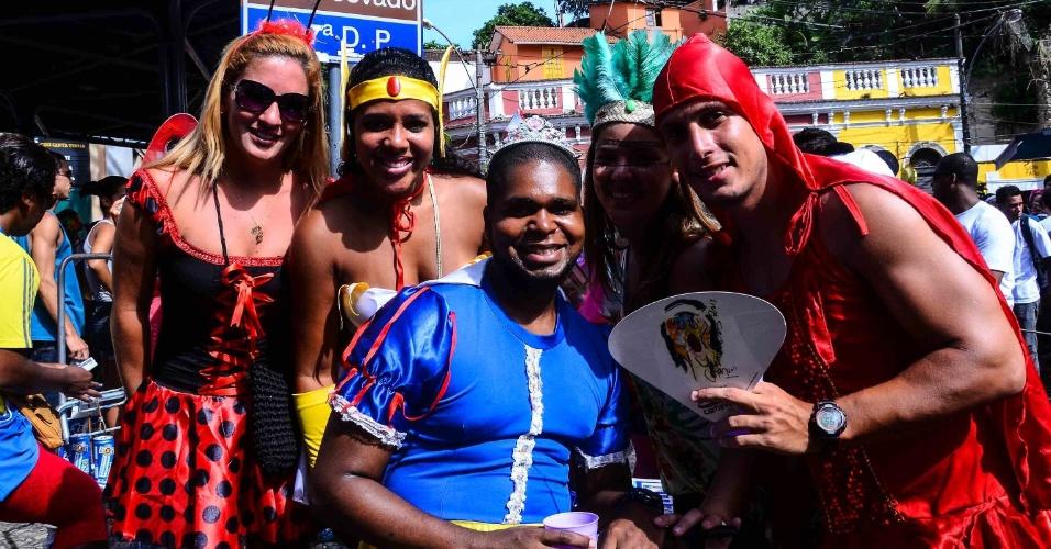 12.fev.2013 - Foliões se divertem no tradicional bloco das Carmelitas nas ruas de Santa Teresa, no Rio