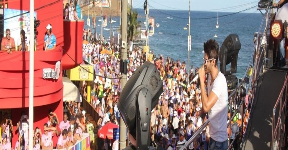12.fev.2013 - Gusttavo Lima anima foliões no circuto Barra-Ondina, em Salvador