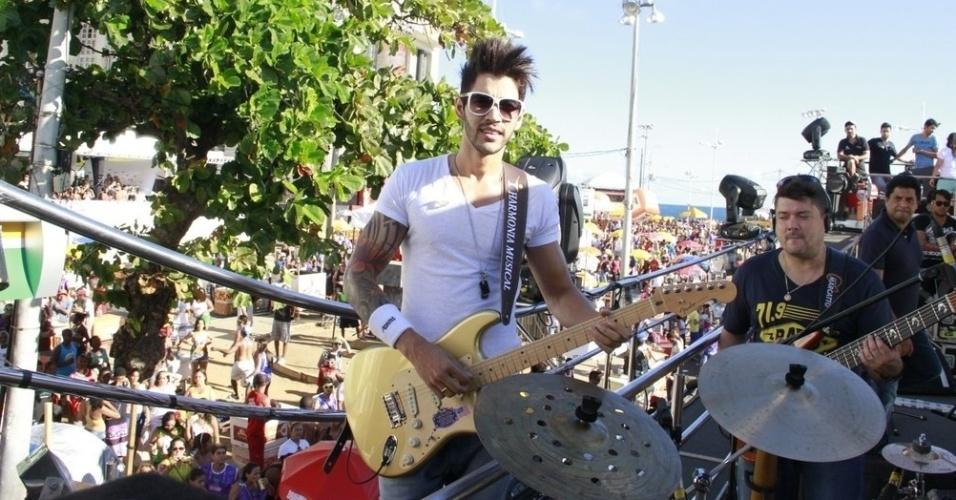 12.fev.2013 - Gusttavo Lima exibe aliança de noivado ao tocar guitarra no circuito Barra-Ondina, em Salvador
