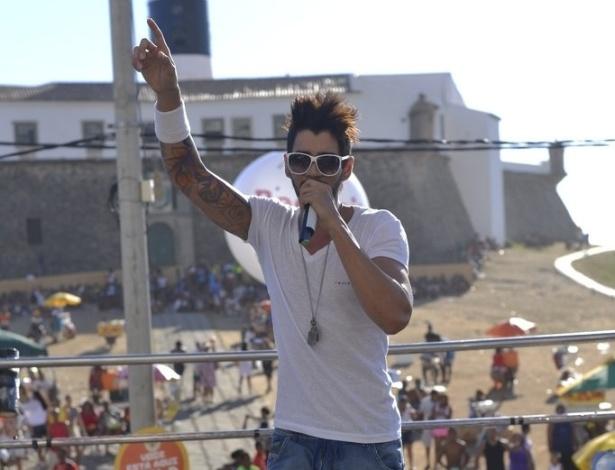 12.fev.2013 - Gusttavo Lima se apresenta nesta terça-feira (12) no bloco Pirraça, no circuto Barra-Ondina, em Salvador