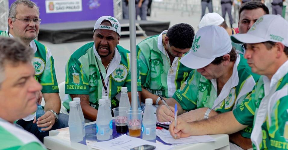 12.fev.2013 - Integrantes da Mancha Verde, que homenageou Mario Lago, aguardam início da apuração no Anhembi