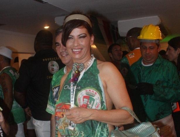 12.fev.2013 - Isadora Ribeiro sorri para  fotos em camarote