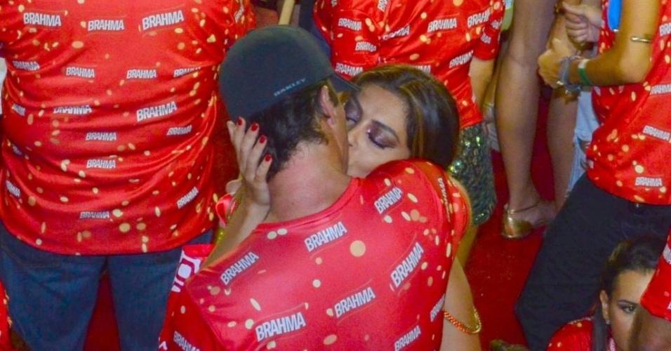 12.fev.2013 - Juliana Paes beija o marido, Carlos Eduardo, em camarote