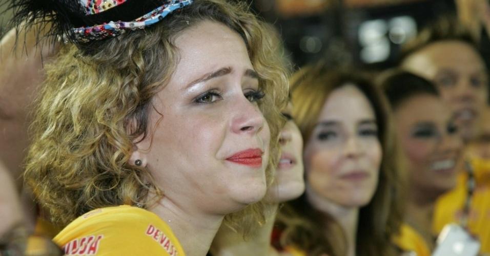 12.fev.2013 - Leandra Leal se emociona com o desfile da Mangueira na frisa do camarote Devassa