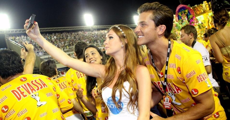 12.fev.2013 - Marina Ruy Barbosa tira foto ao lado do namorado Klébber Toledo no camarote Devassa