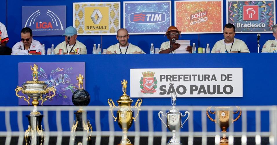 12.fev.2013 - Membro da SPTuris anuncia início da apuração dos votos das escolas de samba de São Paulo, no Anhembi