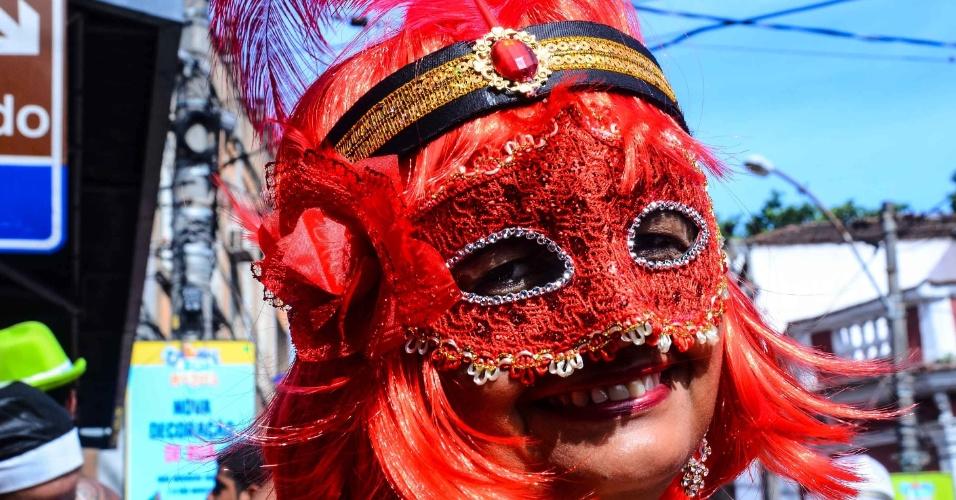 12.fev.2013 - Mulher curte Carnaval com máscara veneziana, no bloco das Carmelitas, em Santa Teresa, no Rio
