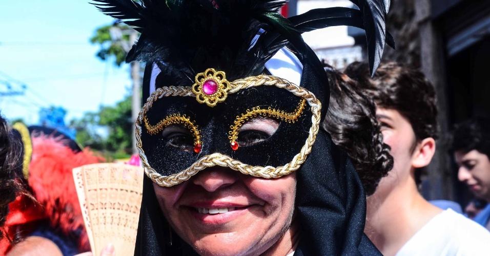 12.fev.2013 - Mulher exibe máscara no bloco das Carmelitas, em Santa Teresa, no Rio
