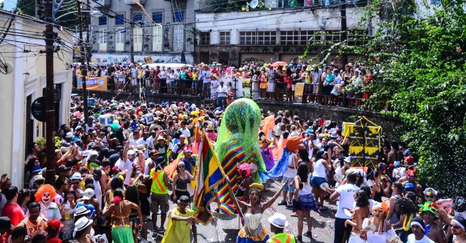 12.fev.2013 - Multidão se aglomera no bloco das Carmelitas, em Santa Teresa, no Rio