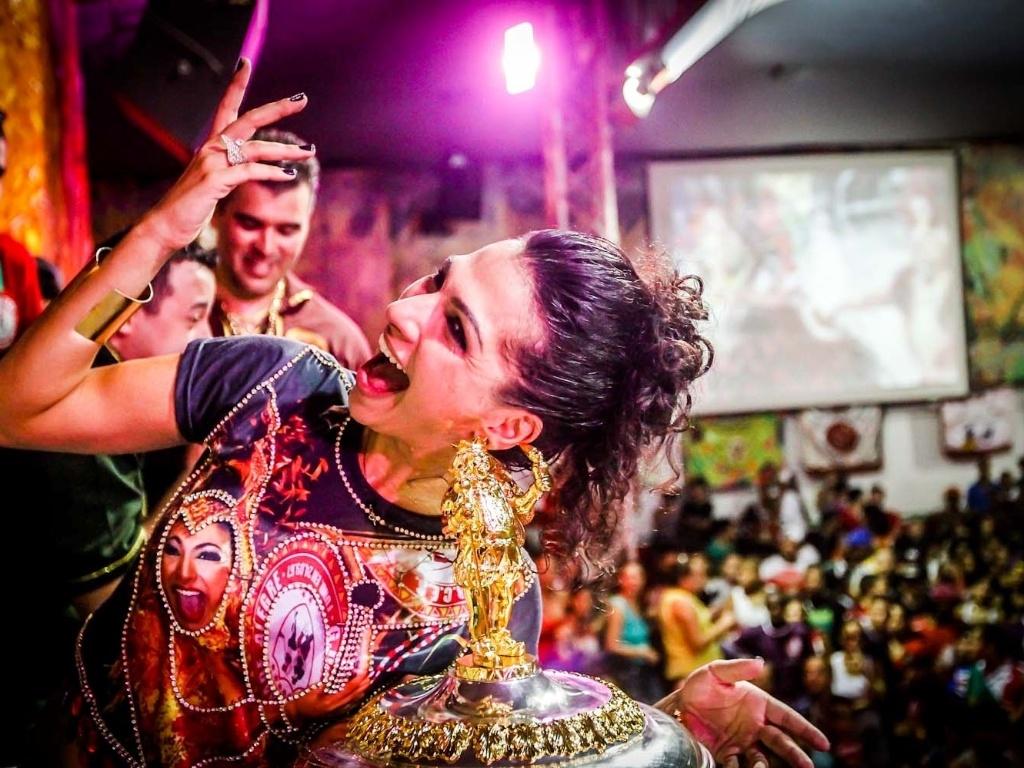 12.fev.2013 - Na quadra da agremiação, Aline Oliveira, rainha de bateria da Mocidade Alegre, comemora o bicampeonato