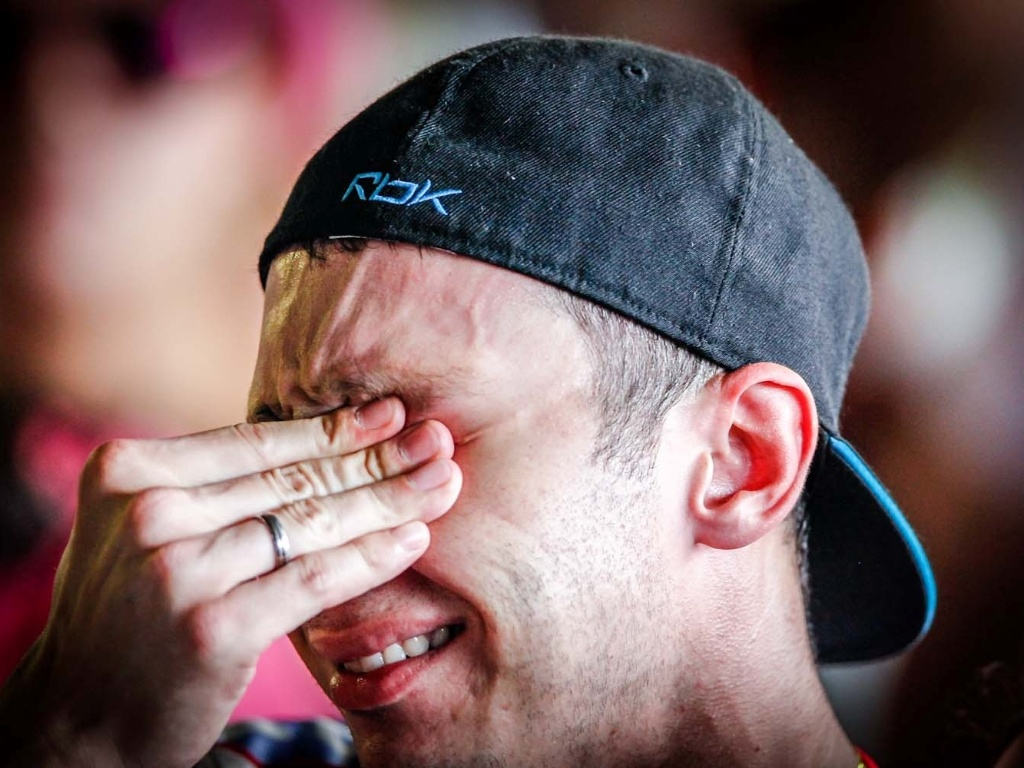 12.fev.2013 - Na quadra da Rosas de Ouro, integrantes da escola que ficou em segundo lugar choram ao escutarem a última nota dada a Mocidade Alegre, durante a apuração