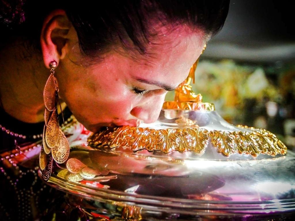 12.fev.2013 - Na quadra da Mocidade Alegre, a rainha de bateria Aline Oliveira beija a taça do bicampeonato