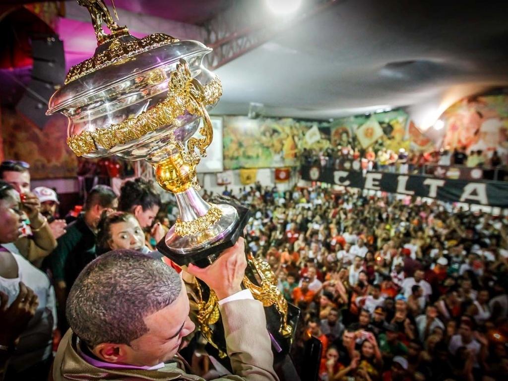 12.fev.2013 - Na quadra da Mocidade Alegre, a taça do bicampeonato é mostrada ao público