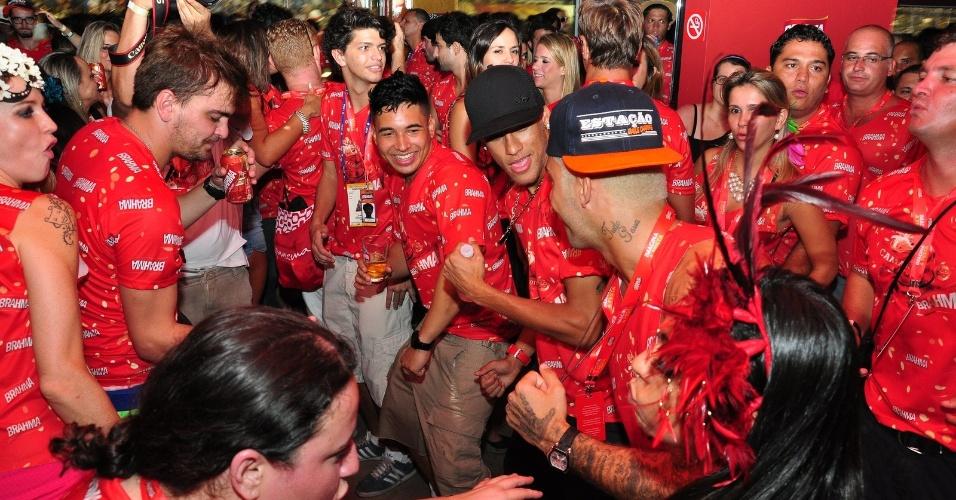 12.fev.2013  - Neymar 'desce até o chão' com amigos