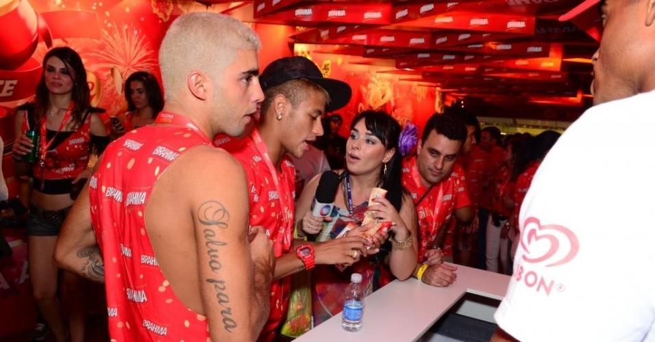 12.fev.2013 - Neymar e Pedro Scooby em camarote carioca