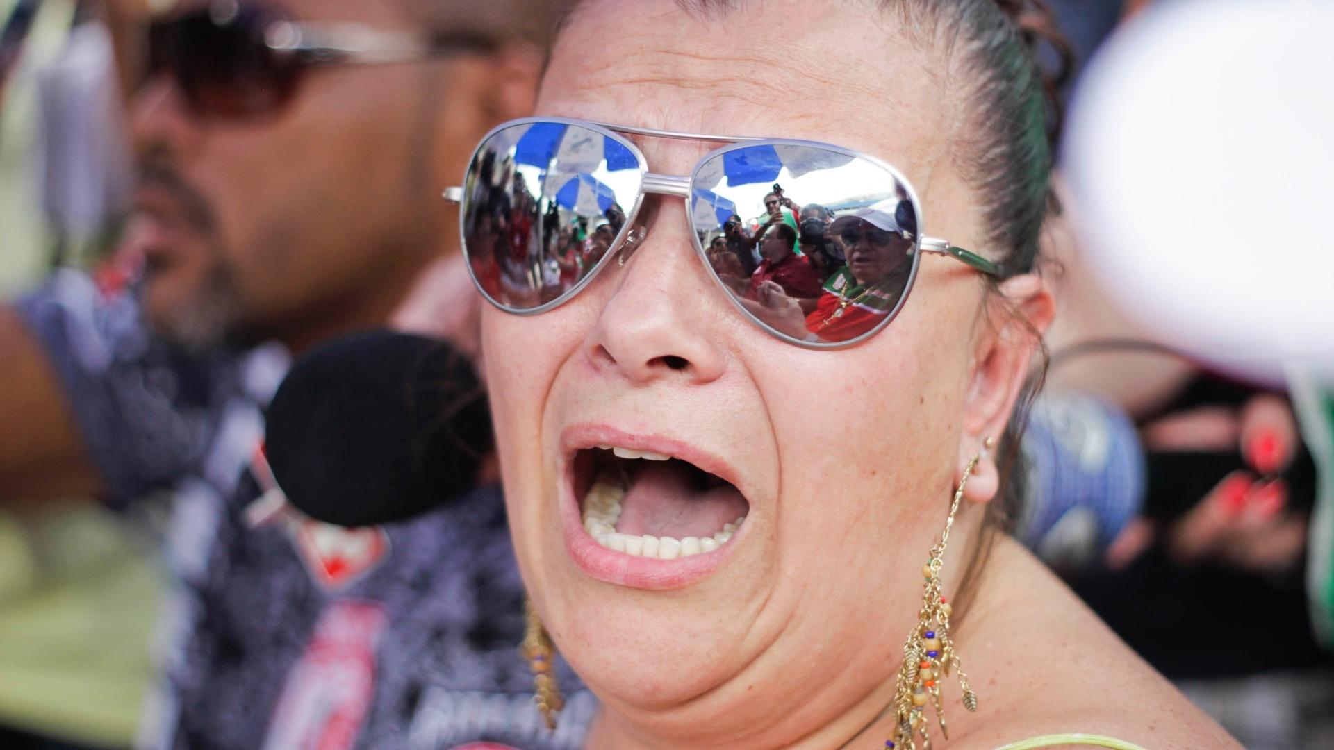 12.fev.2013 - No Anhembi, a presidente da Mocidade Alegre, Solange Bichara, acompanha a apuração das notas dos desfiles do Carnaval 2013 em São Paulo