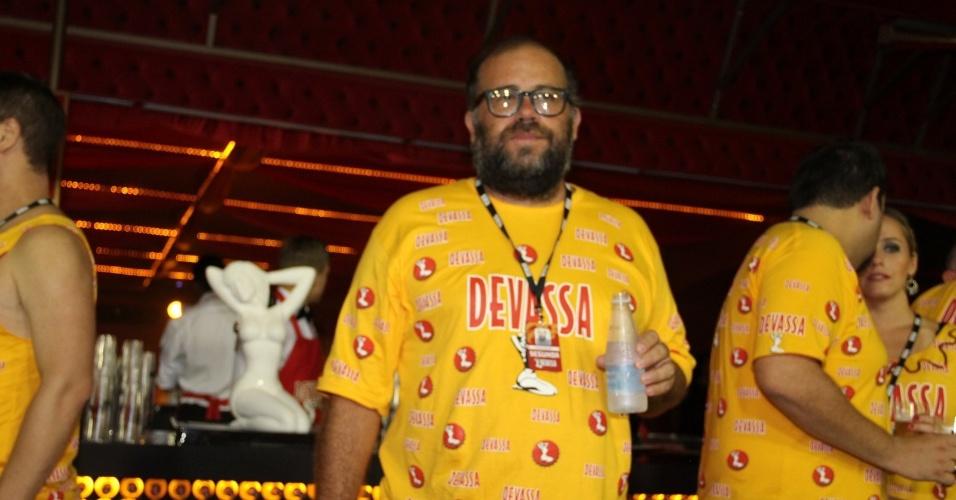 12.fev.2013 - O ator Otavio Muller repõe as energias no camarote Devassa