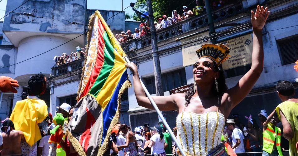 12.fev.2013 - Porta-bandeira desfila nas ruas de Santa Teresano, no bloco das Carmelitas, no Rio