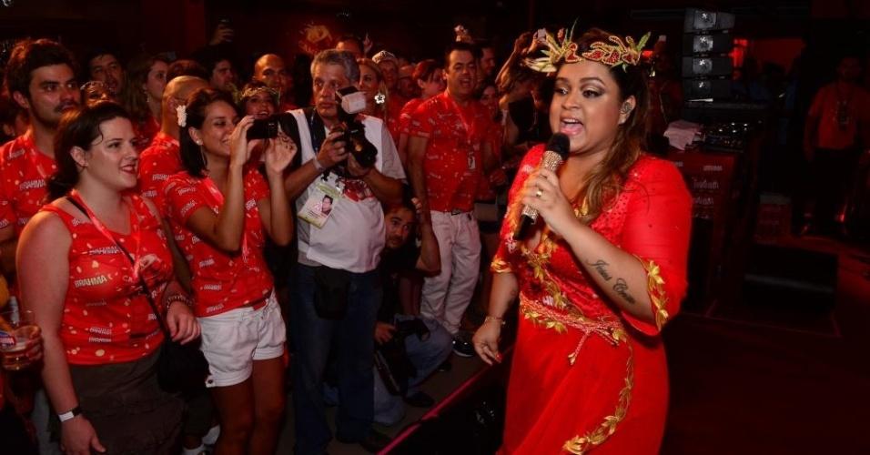 12.fev.2013 - Preta Gil canta em camarote