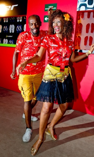12.fev.2013 - Renato Sorriso e Isabel Filardis sambam no camarote Brahma
