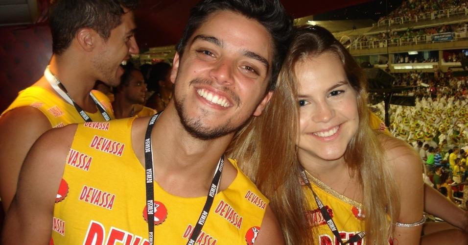 12.fev.2013 - Rodrigo Simas encontra a atriz Bianca Salgueiro no camarote Devassa