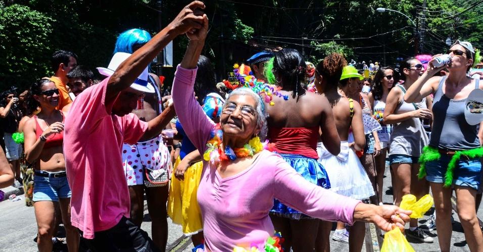 12.fev.2013- Idosa se diverte e dança no bloco das Carmelitas, em Santa Teresa, no Rio