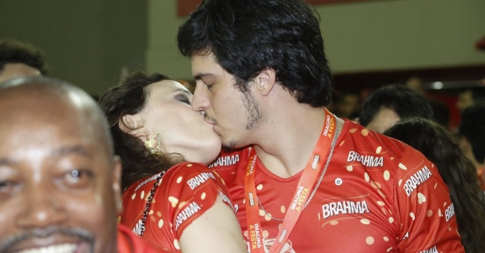 12.fev.2013- Mateus Solano beija a mulher Paula Braun