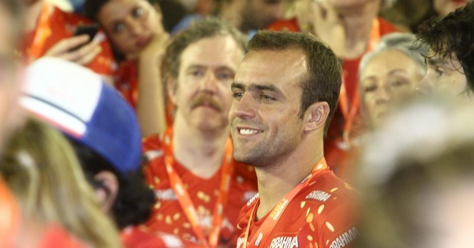 12.fev.2013- O ex-jogador Roger Flores assiste aos desfiles do segundo dia do Grupo Especial sem a mulher, Deborah Secco