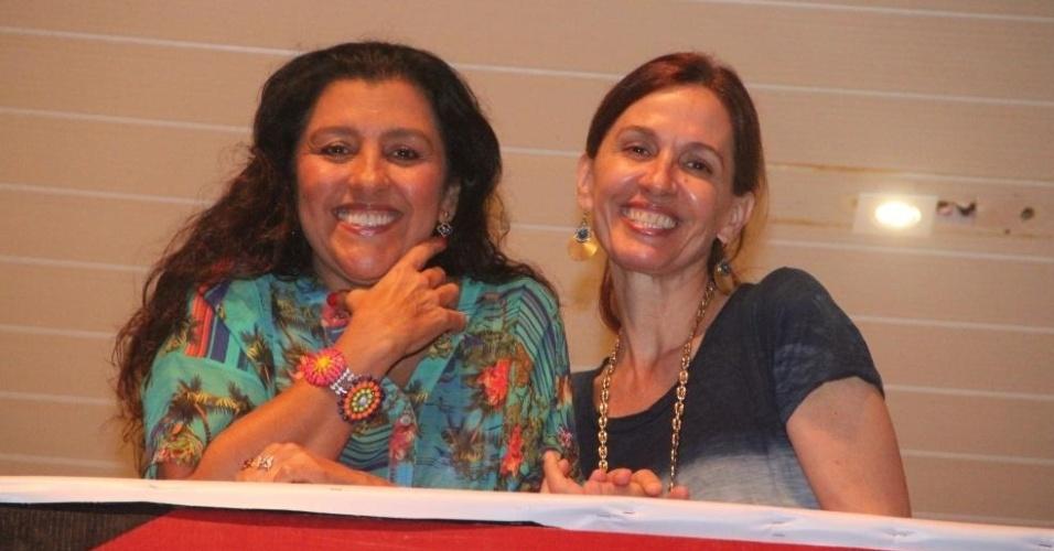 12.fev.2013: Regina Casé e Flora Gil assistem aos trios do camarote Expresso 2222