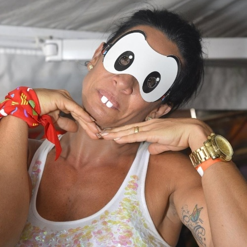 12.fev.2013: Sheila Carvalho vira a Mônica em camarote