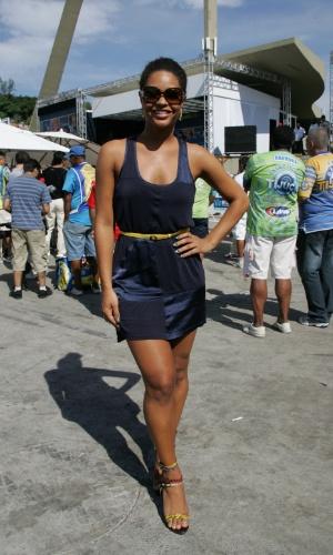 13.fev.2013 - A atriz Juliana Alves, que desfilou pela escola de samba Unidos da Tijuca, acompanha apuração no Rio de Janeiro