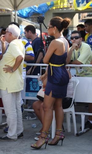 13.fev.2013 - A atriz Juliana Alves, que desfilou pela escola de samba Unidos da Tijuca, acompanhou apuração de pé no Rio de Janeiro