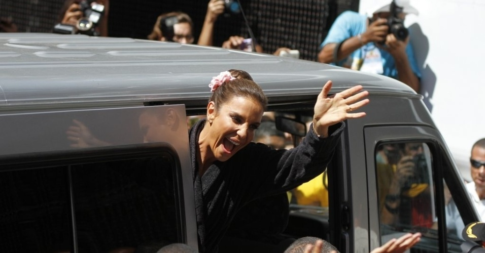 13.fev.2013 - Cercada de fs, Ivete Sangalo chega ao trio para comandar o arrasto da quarta-feira de cinzas na Barra-Ondina