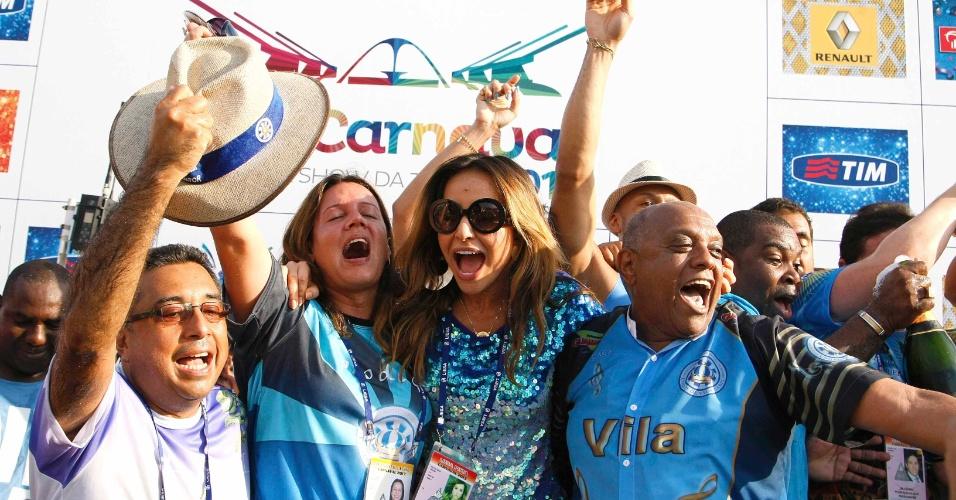 13.fev.2013 - Integrantes comemoram a vitória da escola de samba Unidos de Vila Isabel no Grupo Especial do Carnaval do Rio de Janeiro em 2013