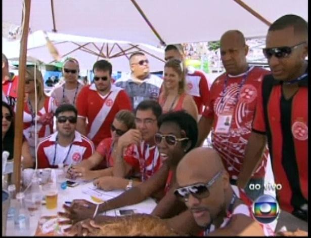 13.fev.2013 - Integrantes da escola de samba Salgueiro acompanham a apuração do grupo especial na Sapucaí
