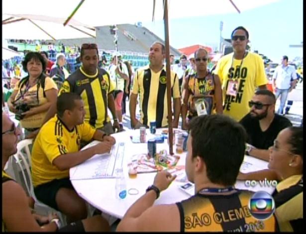 13.fev.2013 - Integrantes da escola de samba São Clemente acompanham a apuração do grupo especial na Sapucaí