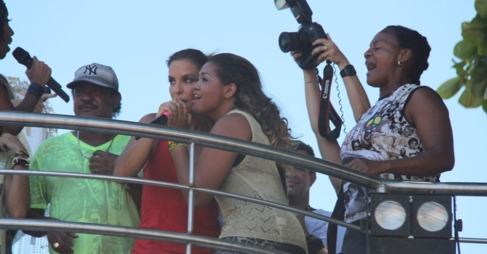 13.fev.2013 - Ivete Sangalo e Gaby Amarantos cantam 